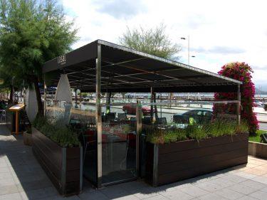Terraza de restaurante lasal.