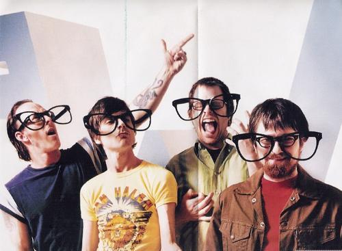 Weezer con las gafas de cerca.