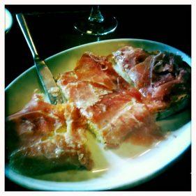 La torta rústica del bar Getaria, ya partida por el menda (foto: cuchillo)
