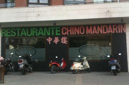 Fachada-aparcamiento del restaurante chino Mandarín, un domingo cualquiera.