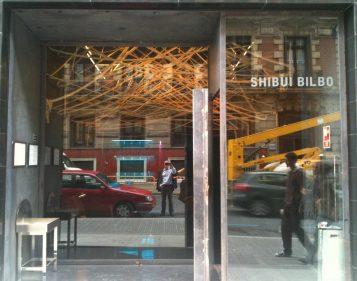 Autorretrato en fachada de Shibui Bilbao (foto: cuchillo)