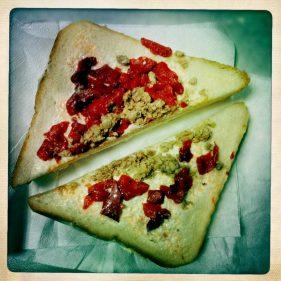Bella imagen de un sandwich horrible (foto: cuchillo)