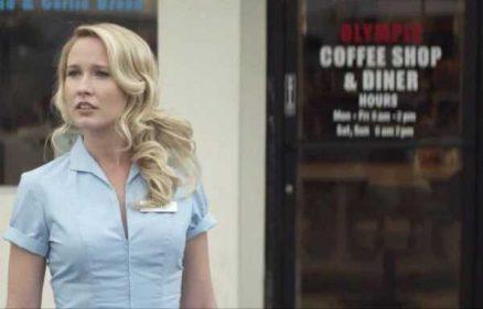 Anna Camp en una escena del lamentable clip de 'Marry me'.