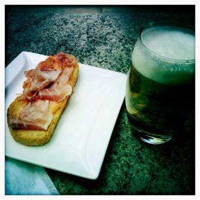 Reducida tosta de jamón de La Viña del Ensanche (foto: cuchillo)