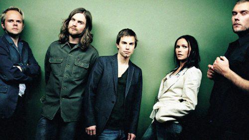 Imagen promo de los Cardigans, con Nina Persson morena.