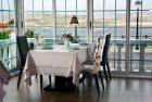 Mesa con vistas del restaurante El Caserío.
