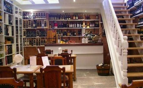 Imagen del interior de la Loja do Vinho de Sintra, Portugal.