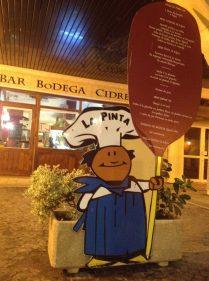 Imagen nocturna del cocinerito que muestra la oferta de La Pinta (foto: cuchillo)
