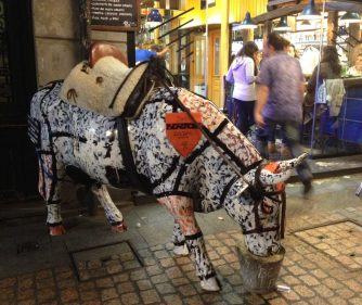 La vaca que pasta a la entrada del bar Sasibil, en Bilbao (foto: cuchillo)