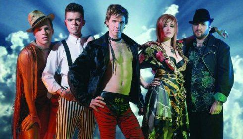El quinteto neoyorquino Scissor Sisters marca cadera en esta imagen promocional.