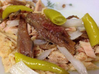 Anchoas Leribe con bonito, cebolla y piparrak.