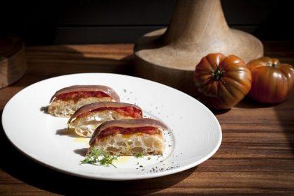 Media ración de anchoas con mucho pan cristal (foto: lacasonadeljudio.com)