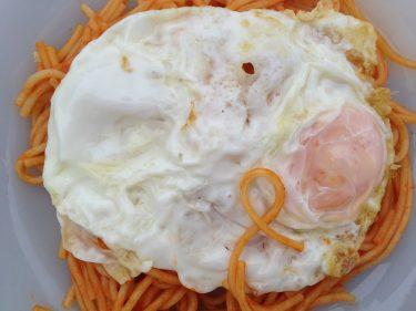 Plano cenital de espaguetis a la cubana (foto: Igor Cubillo)