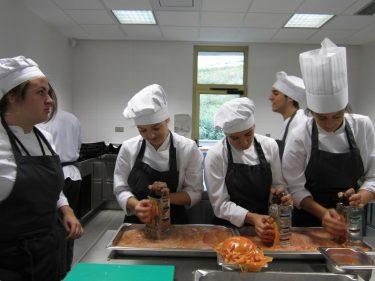 Alumnos del Basque Culinary Center, en plena faena.