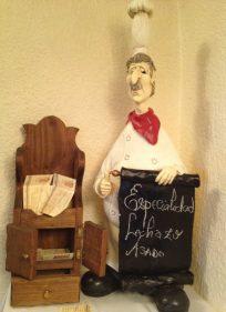 Este cocinero lo encuentras en la escalera de acceso al comedor de La Posada (foto: Igor Cubillo)