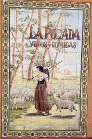 Una pastora y su rebaño en los 77 azulejos de La Posada (foto: Igor Cubillo)