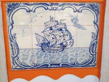 El barco que surca la fachada del Restaurante 54 (foto: Igor Cubillo)