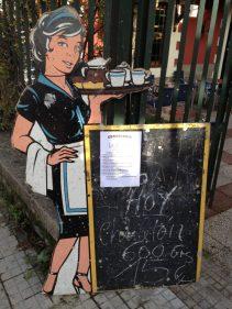 Manchas y rayones salpican a la guapa camarera de La Zuyana (foto: Igor Cubillo)