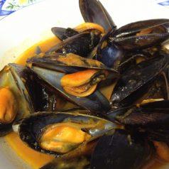 Por comentar: ¿Mejillón en salsa de tomate de Angulas Aguinaga? Mejor bajo al bar…