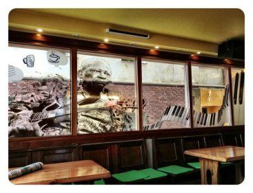 BB King y Lucille decoran la cristalera del Café Bar Marina Txiki (foto: Uve)