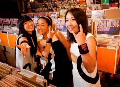 Las ramonianas Shonen Knife luciendo vestidos yeyés y comprando unos discos.
