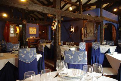 Vista del comedor de Karola Etxea, azul él.