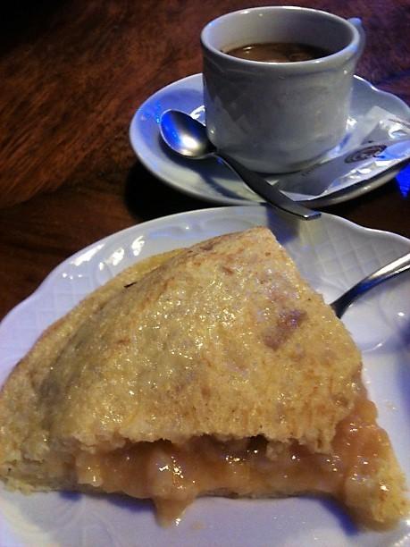 Tortilla de patata y café solo, disociando en el Baviera (foto: Cuchillo)