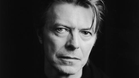 David Bowie, en blanco y negro, él.