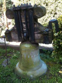 Una de las dos campanas plantadas frente a El Chalet (foto: Igor Cubillo)