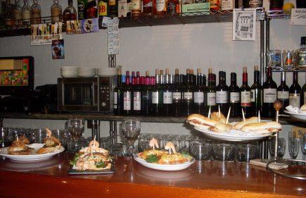 La barra, con sus vinos y sus pintxos (f: Susana)