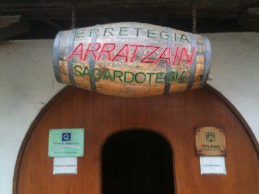 El tonel que da la bienvenida a Arratzain Sagardotegia (foto: Igor Cubillo)