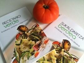 Las dos ediciones, euskera y castellano, del 'Recetario verde' de Ttarttalo (foto: Cuchillo)