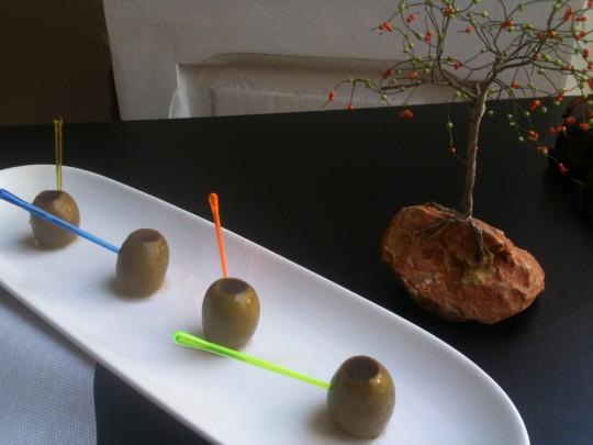 Aceitunas al vermouth, de El Baret de Miquel Ruiz (foto: Cuchillo)