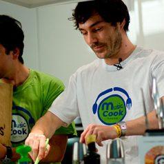 Music cook. Los músicos toman la sartén por el mango