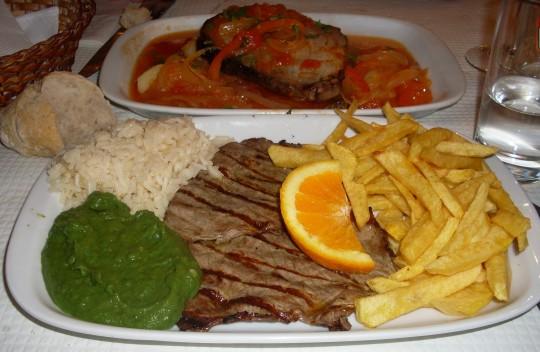 La rustididad saciante de la comida lusa: filete y atún (foto: Susana)