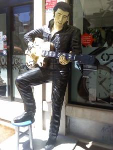 Elvis refulgiendo en el estío lisboeta (f: O.C.E.)