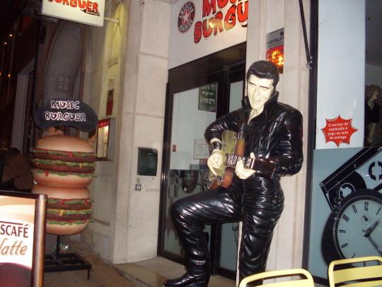 Elvis y las hamburguesas de noche (foto: Susana)