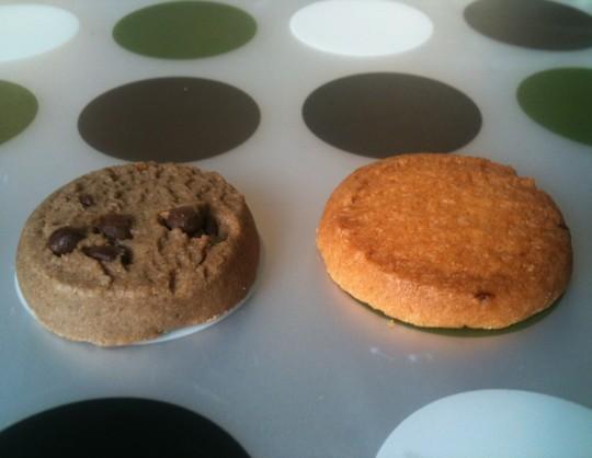 Dos galletas de La Luarquesa, en pose entre flamenca y ye-yé (foto: Cuchillo)