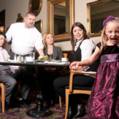 Tiernos infantes en los restaurantes. Poema épico en verso aliterativo anglosajón al estilo de Beowulf