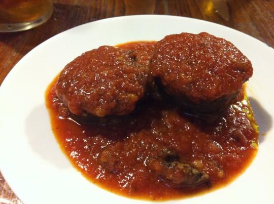 La célebre morcilla con tomate de La Bodeguilla (foto: María Mora)