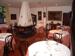 Comedor con chimenea en el centro (foto: web de Los Infantes)