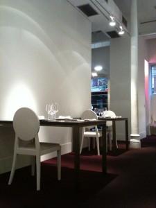 Blanco y minimal, el comedor de Ur-Gatza (f: Cuchillo)