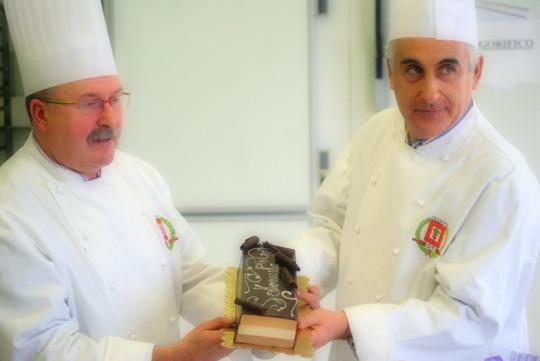 Manuel Angulo y José ramírez, representantes del Gremio de Pasteleros de Bizkiaia presentan, orgullosos, el sokonusko