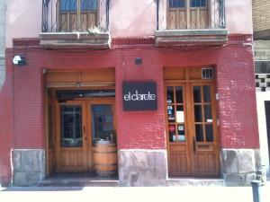 Austera fachada de El Clarete (f: Cuchillo)