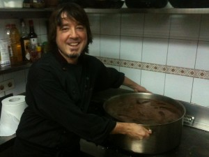 El simpar Prado-Egia'tar Julen, preparando unas buskentzak (foto: Cuchillo)