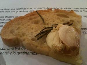 Bruschetta de ajo y romero (f: Cuchillo)