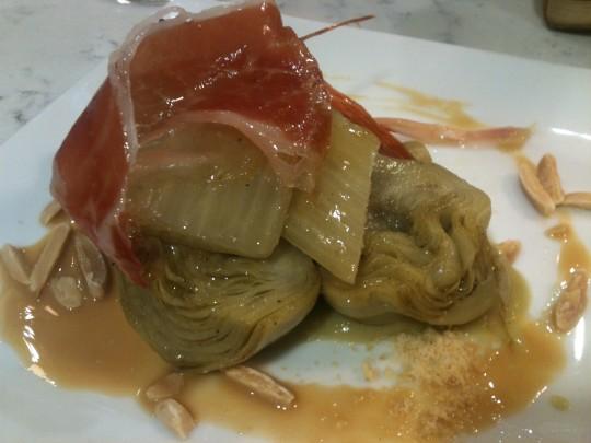 Alcachofa, cardo, jamón y praliné salado de almendra, en Casa Urola (foto: Cuchillo)