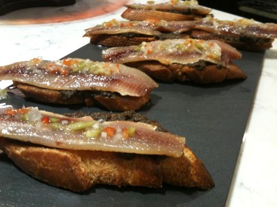 Pintxo mítico de anchoa ahumada, en Casa Urola (foto: Cuchillo)