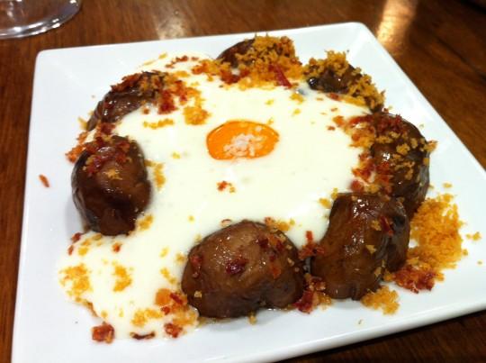 Champiñones con huevo y puré de patata, en Casa Urola (foto: Cuchillo)