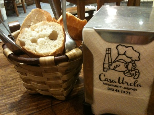 Pan y servilletas, qué va a ser, en Casa Urola (foto: Cuchillo)